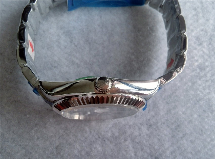 Crown:Rolex Logo on top, For adjusting time and Date